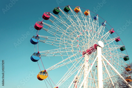 Fotobehang Amusementspark Giant ferris wheel against blue sky, Vintage
