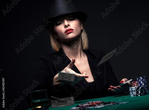 Fotomural Beautiful young woman playing poker