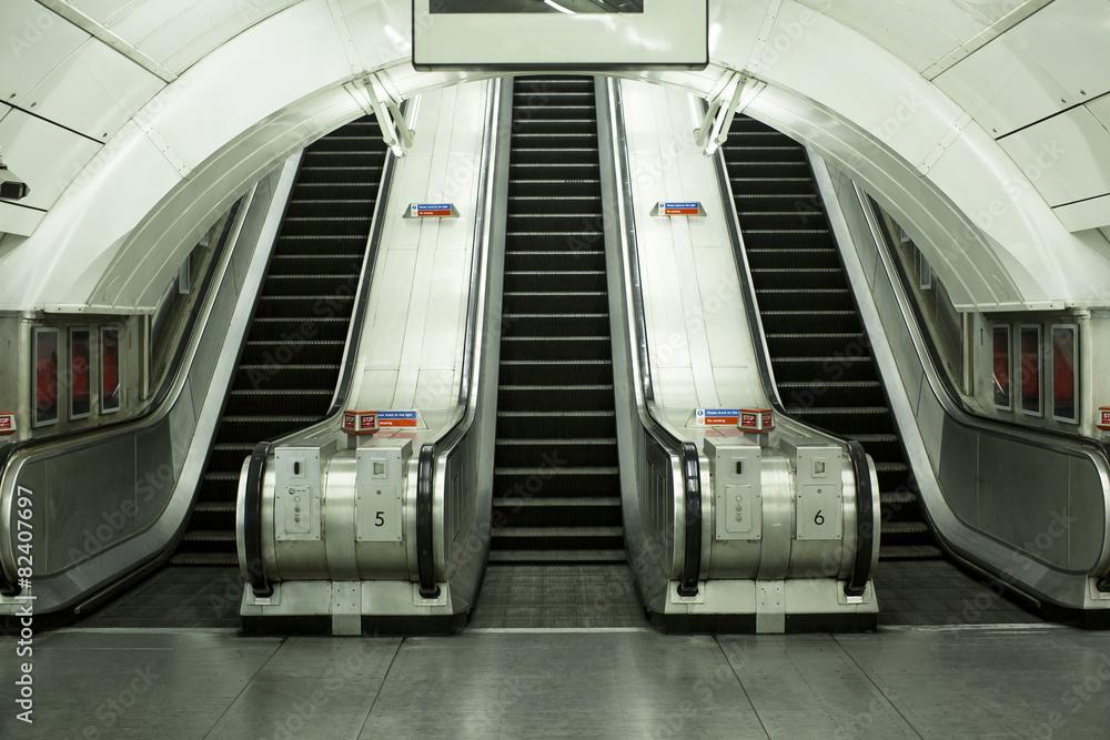 Empty subway escalator w salonie