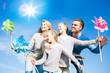 Familie in der Natur blauer Himmel