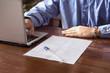 contratto di lavoro con datore nell'ufficio e notebook