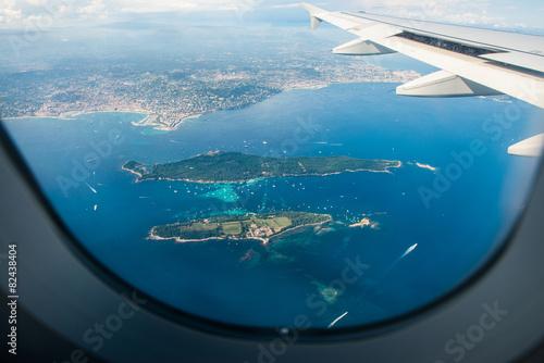 widok-na-morze-z-wyspami-oraz-skrzydlo-samolotu-z-okna-samolotu