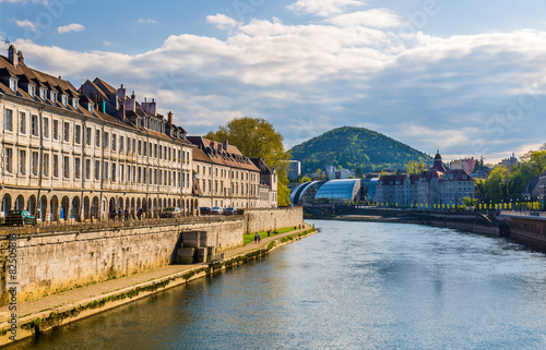 Foto auf Gartenposter Stadt am Wasser View of Besancon over the Doubs River - France