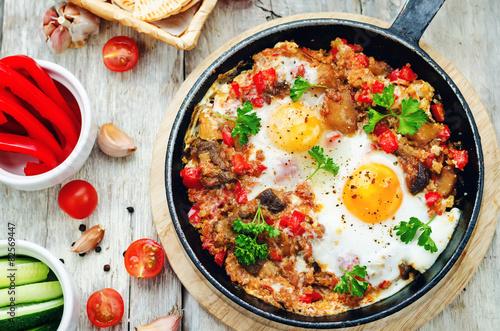 Deurstickers Gebakken Eieren fried eggs with peppers, tomatoes, quinoa and mushrooms