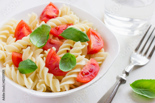 Photo  Pasta  with cherry tomatoes and basil
