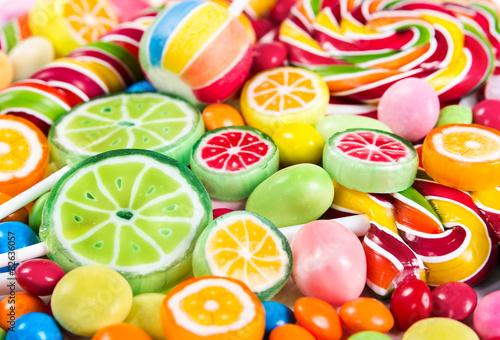 fototapeta na lodówkę Kolorowe lizaki i cukierki różne