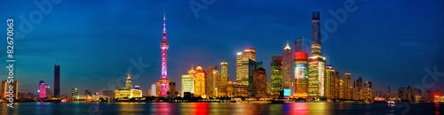 Tuinposter China Shanghai skyline panorama at dusk, China