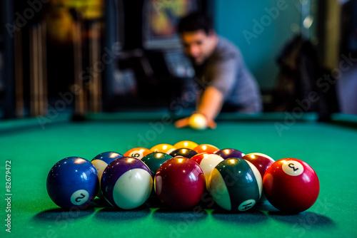 Fotografie, Tablou  Billardspieler beim Achter Ball ist bereit für den Anstoß