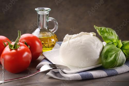 Deurstickers Zuivelproducten Mozzarella di bufala con pomodori, basilico e olio extravergine