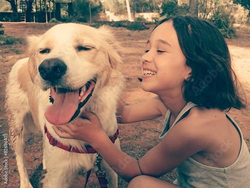 Fotografía  Niña riendo con su perro