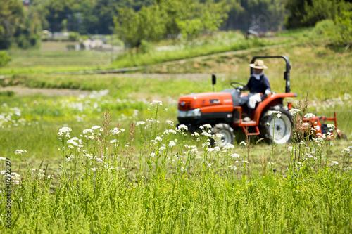 Foto  耕運機で耕す農地