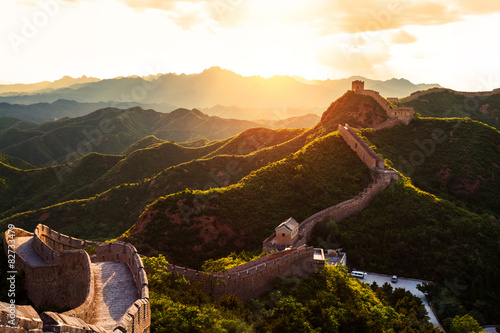 Montage in der Fensternische Chinesische Mauer Great wall under sunshine during sunset