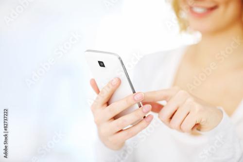 Fotografia  Woman with smartphone