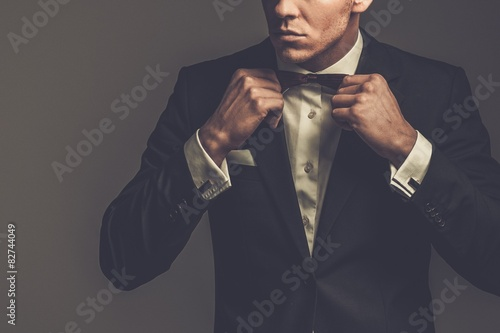 Fotomural Sharp dressed fashionist wearing jacket and bow tie