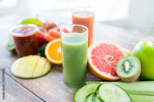 Poster Sap close up of fresh juice glass and fruits on table