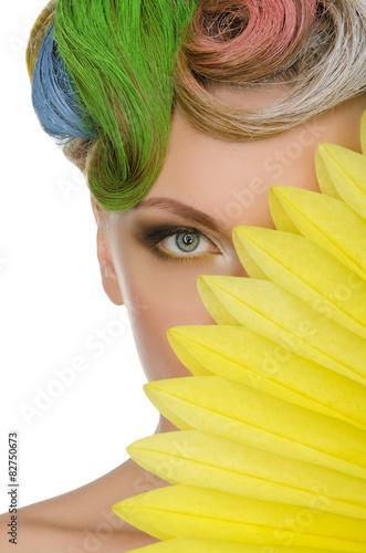 portret-mlodej-kobiety-z-kolorowym-makijazem