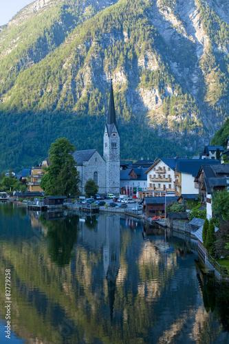 Kościół w górskim miasteczku nad jeziorem. Hallstatt, Austria