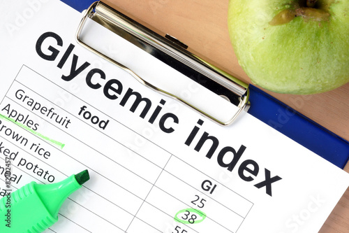 Fotografia  Paper with glycemic index values for different products