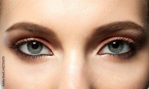 Fotografía  female blue eye with makeup with brown eyebrows and black lashes