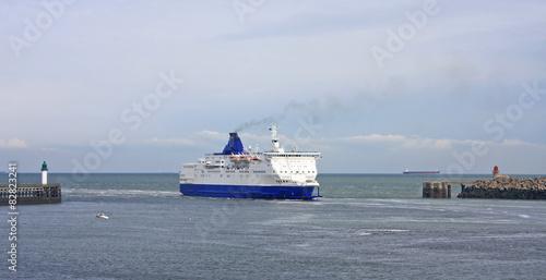 Fotografía  Ferry entering Calais harbour