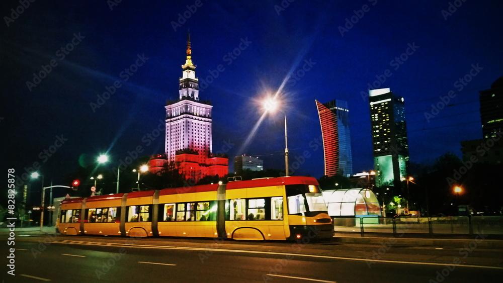 Fototapety, obrazy: Tramwaj na warszawskiej ulicy wieczorem