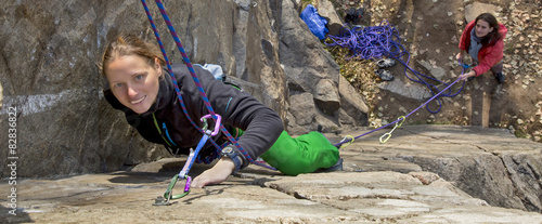 Photo sur Aluminium Alpinisme Pair of female climbers assault the rock wall