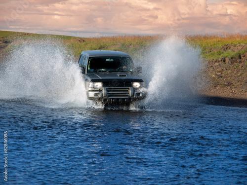фотография  Fording offroad car