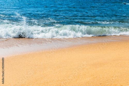 Fotografia Soft wave of the sea on the sandy beach