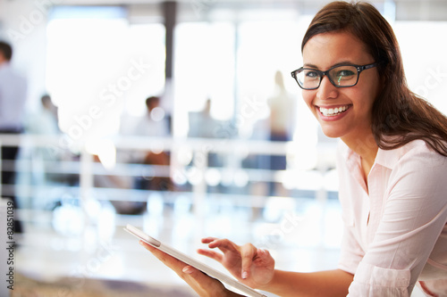 Fotografía  Portrait of smiling woman in office with tablet