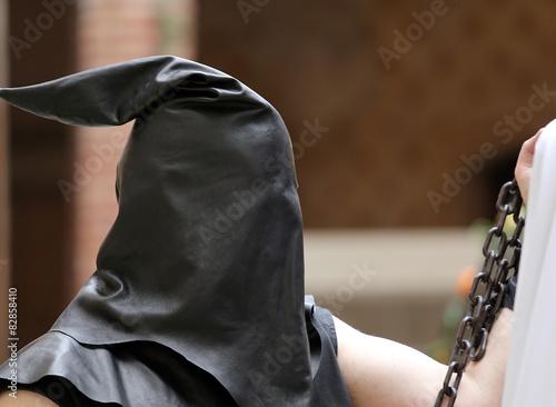 Fotografía  Verdugo con capucha negro en la cabeza y la cadena