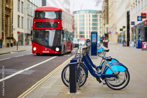 Poster Londres bus rouge Row of bicycles for rent in London, UK