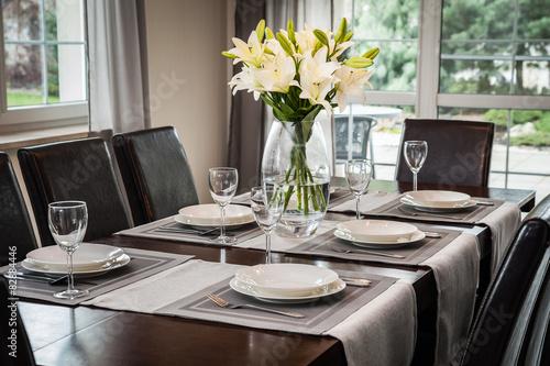 Fototapeta nakryty stół w jadalni obraz