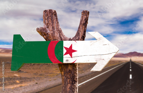 In de dag Algerije Algeria Flag wooden sign with desert road background
