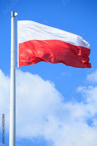 polska-flaga-na-tle-niebieskie-niebo
