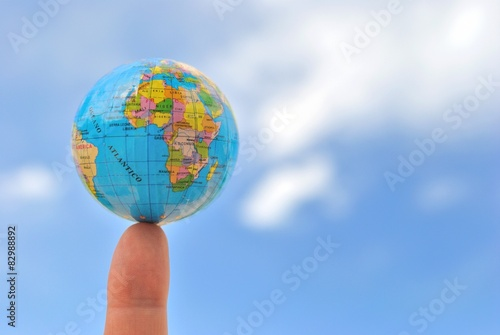 Fotografie, Obraz  La Terra sulla punta di un Dito