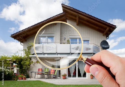 Fotomural Hand With Magnifying Glass Over House