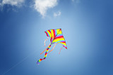 Fototapeta Tęcza - Kolorowy latawiec na błękitnym niebem