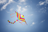 Fototapeta Tęcza - Kolorowy latawiec na błękitnym niebie