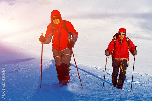 Tuinposter Wintersporten hikers at the top of a pass