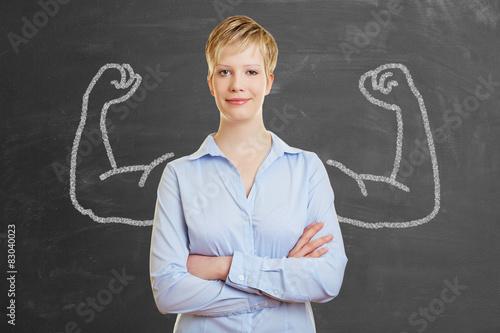 Starke Frau vor Tafel mit Muskeln Poster
