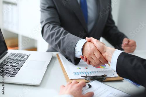Fotografie, Obraz  Podnikatelé potřesení rukou, dokončování schůzku