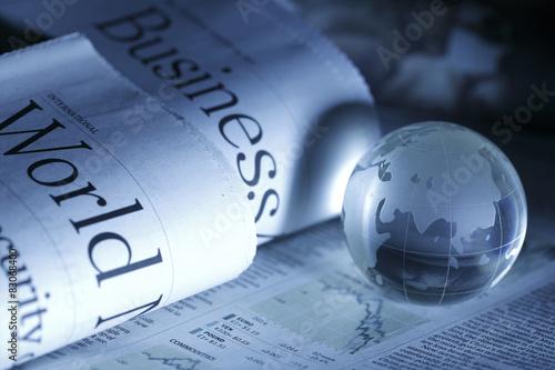 Fotografie, Obraz  Globální podnikání a finance s novinami