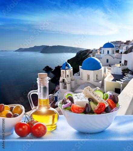 Photo  Greek salad  in Oia village, Santorini island in Greece