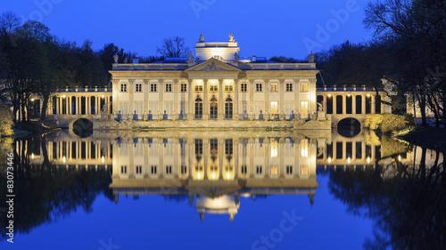 fototapeta na szkło Zamek Królewski na Wodzie w Łazienkach Królewskich w nocy, Warszawa