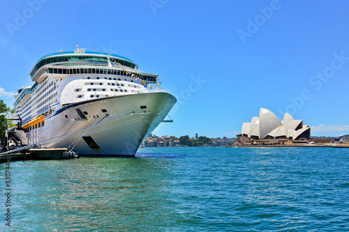 Fotografie, Tablou  Sydney Opera House and a cruise ship in Sydney Harbour