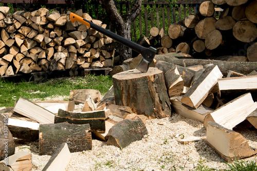 Obraz rąbanie drewna do kominka  - fototapety do salonu