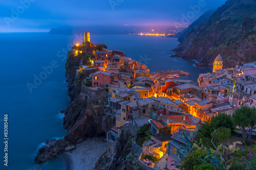 Fototapety, obrazy: City on the rocks at night Liguria Italy