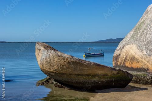 Photo  Barco, pedra e mar