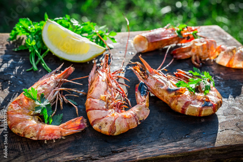 Poster Coquillage Fresh shrimps with lemon and parsley served in garden