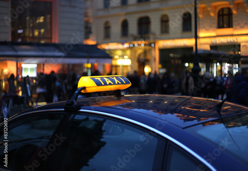 Plakat Znak taksówką w nocy